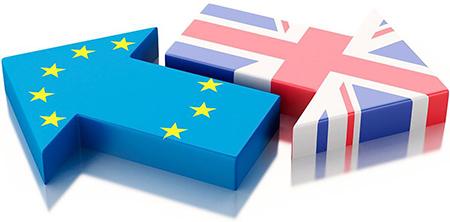 Pilar med EU:s och Storbritanniens falggor som är riktade åt motsatta håll
